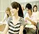 大学で勉強する女性